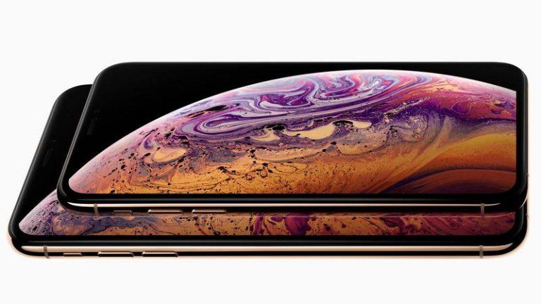 iPhone XS 2018 color negro y encendido en un fondo blanco