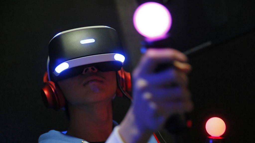 Mujer con lentes de VR en color negro y tendencias hacia la luz blanca