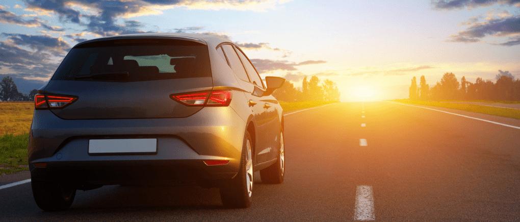 Auto gris en carretera