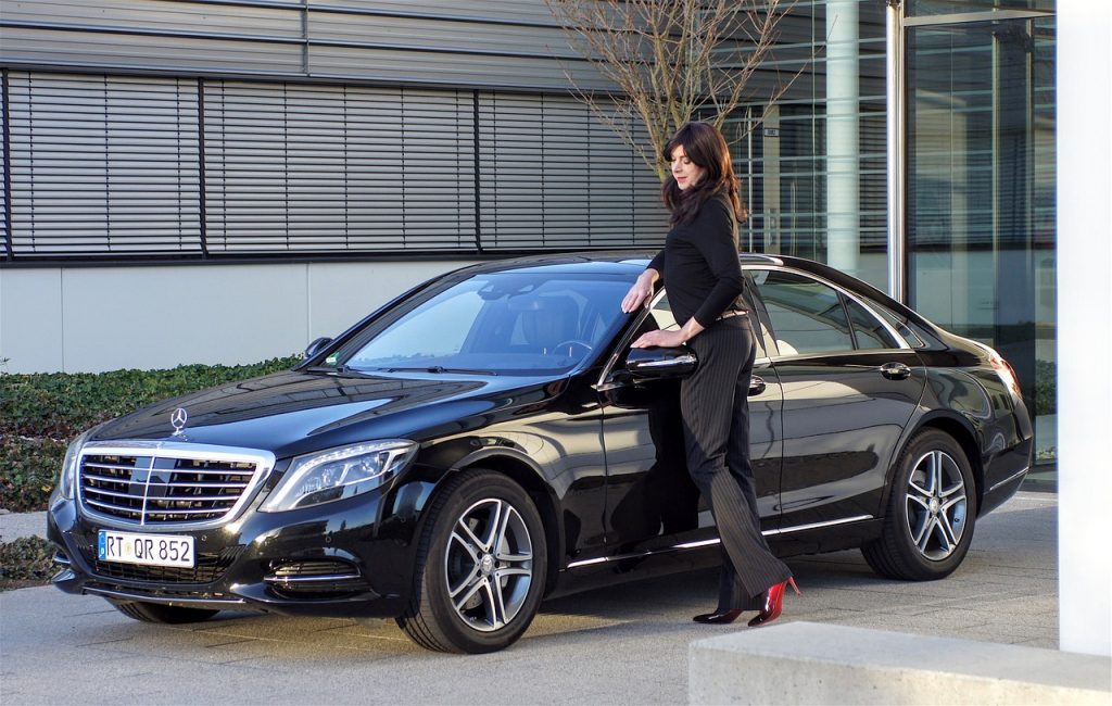 mujer con su automóvil nuevo