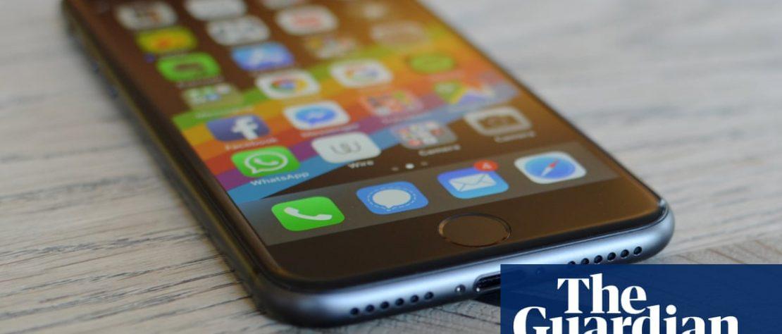 Una pantalla de iphone encendida con las aplicaciones