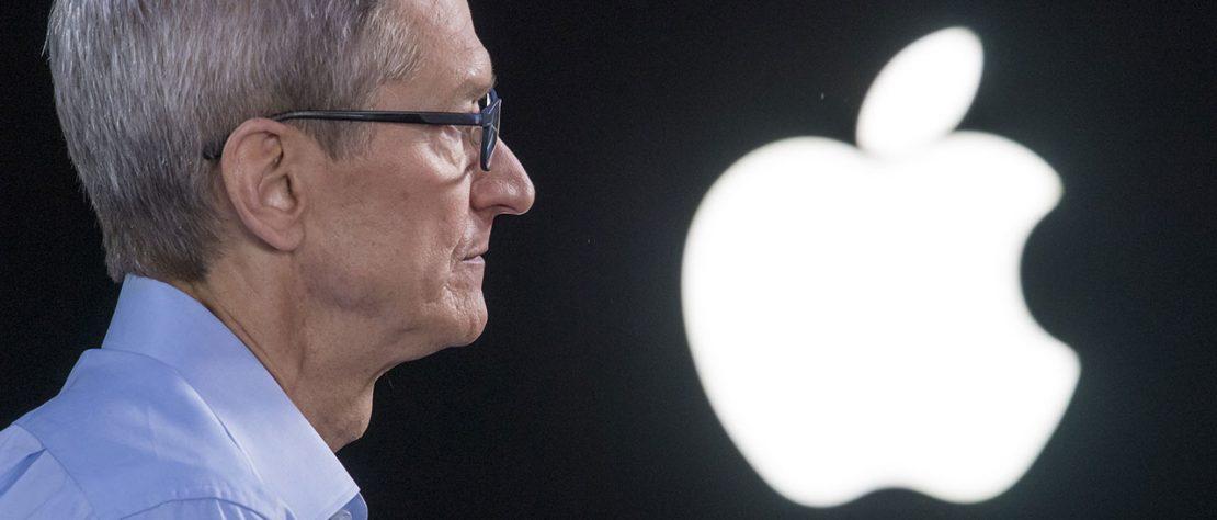 Tim Cook en primer plano y el logo de Apple en el fondo brillante