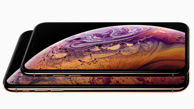 iPhone XS 2018 color negro y encendido en un fondo blanco