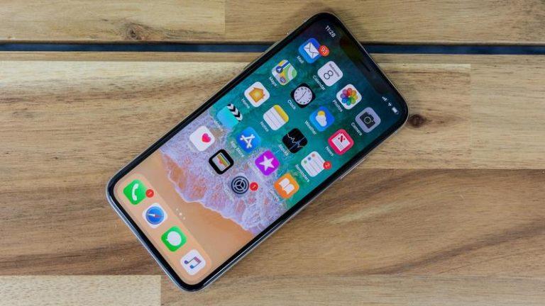Celular con la interfaz de iOS activada para mostrar los problemas del smartphone