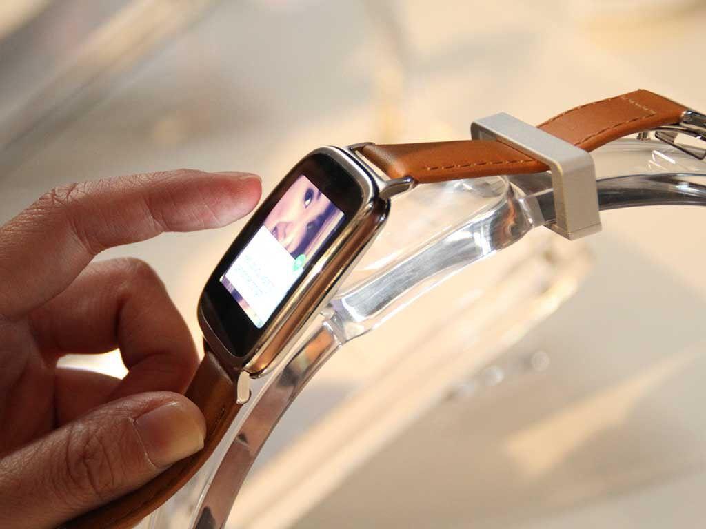 Reloj café Asus usado por un hombre