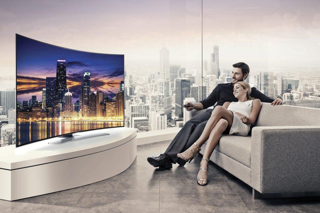 pantalla Samsung con tecnología UHD usada por una pareja dentro de una sala