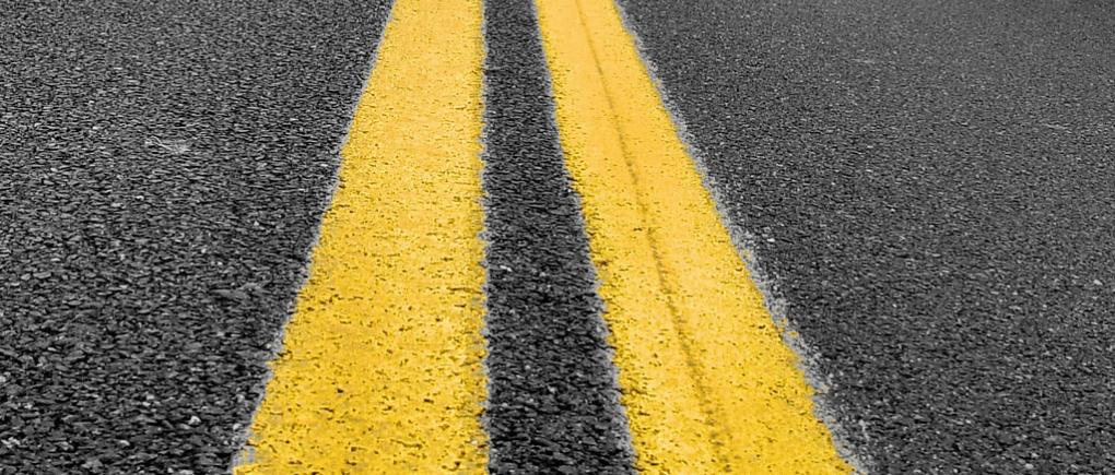 Carretera con líneas amarillas