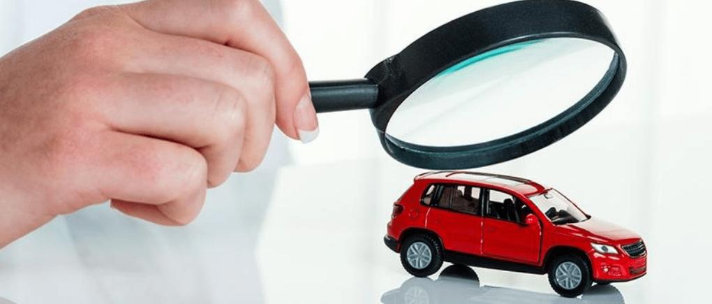 mujer viendo a través de una lupa un carro una lupa un carro