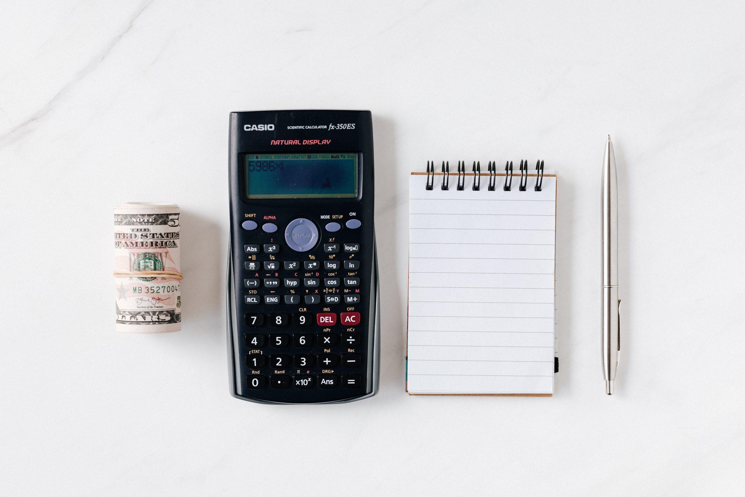 calculadora y dinero ahorrado