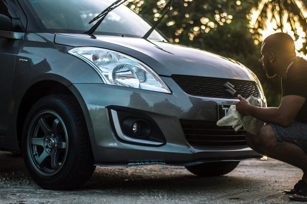 hombre limpiando su automóvil