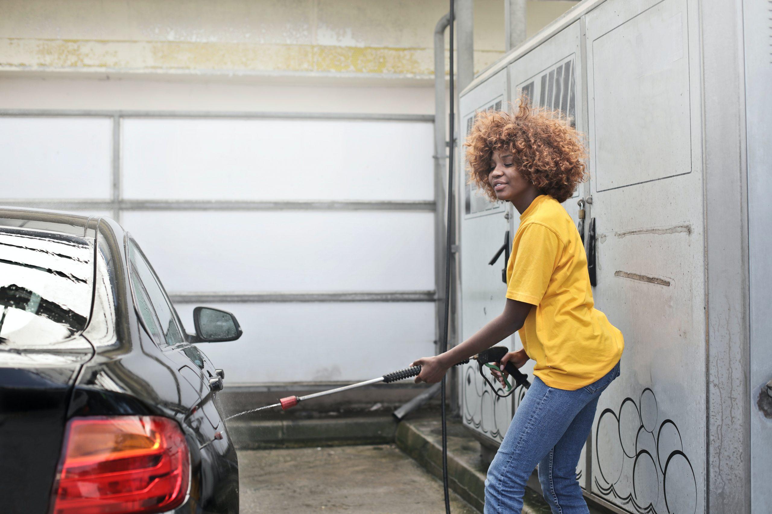 Mujer lavando su automóvil